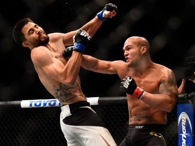 gettyimages-503211124 Lawler mantém cinturão em combate eletrizante contra Condit no UFC 195