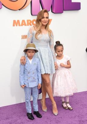 Jennifer Lopez e os filhos, Maximilian David e Emme Maribel, em première em Los Angeles, nos Estados Unidos (Foto: Jason Merritt/ Getty Images/ AFP)