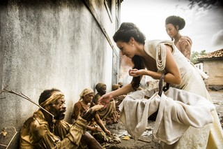 Joaquina ( Andreia Horta ) e Bertoleza ( Sheron Menezzes ) distribuem pães paras os pobres em 'Liberdade, liberdade' (Foto: Divulgação/Globo)
