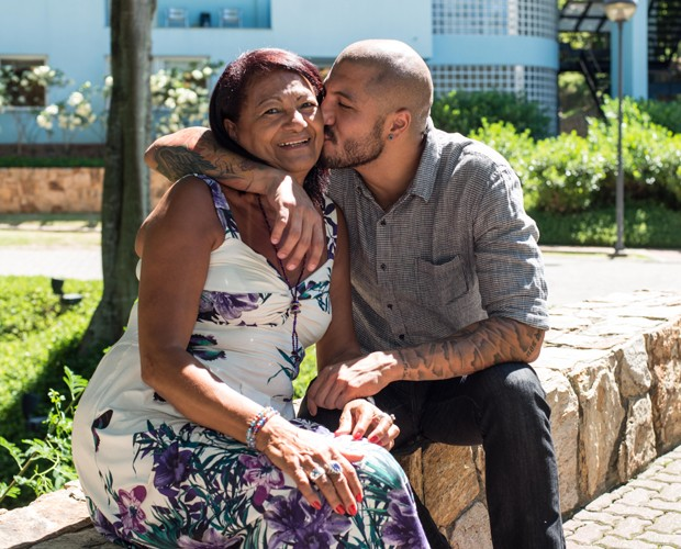 Fernando descobre que Aline conheceu sua mãe, Dona Jaíra (Foto: Camila Serejo / Gshow)
