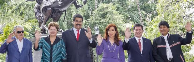 Presidentes dos membros do Mercosul e o presidente da Bolívia posam para foto oficial da reuniã de cúpula (Foto: Roberto Stuckert Filho/PR)