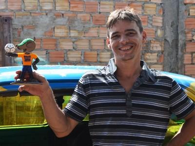 William com o mascote da Copa do Mundo 2014, o Fuleco (Foto: Herianne Cantanhede/GloboEsporte.com/RR)