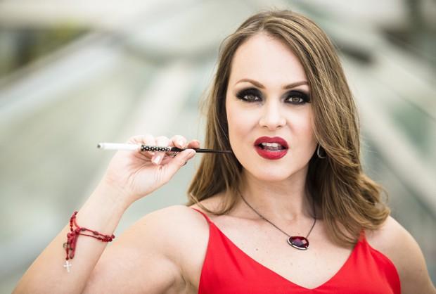 Um dos looks inspirado em Paola Bracho: batom vermelho, sombra forte, vestido vermelho e cara de má (Foto: Marcio Nunes) (Foto: Marcio Nunes/Revista QUEM)