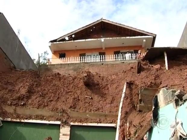 Muro desaba e quatro pessoas ficam feridas em Campo Limpo Paulista (Foto: Reprodução/TV TEM)