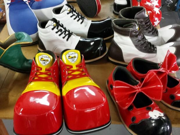 Sapatos para palhaços são produzidos em Franca, SP (Foto: Stella Reis/EPTV)