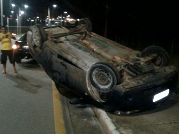 Veículo capota na Avenida Jerônimo de Albuquerque em São Luís (Foto: Reprodução/TV Mirante)