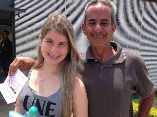 A deficiente visual Rafaela Cardoso, que quer fazer direito na UnB, acompanhada do pai, Vites Cardoso.  (Foto: Natalia Godoy/G1)