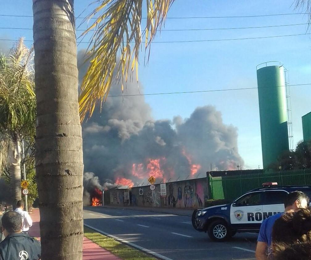 Fumaça encobriu parte da avenida Itatuvu devido um incêndio em Sorocaba (Foto: Maciel Domingues da Silva/Arquivo Pessoal)
