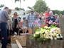 Familiares e amigos vão a velório e enterro do pai de Ana Paula Arósio