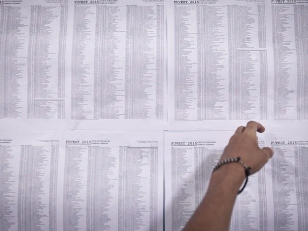 Listas com os nomes dos aprovados na primeira chamada da Fuvest 2015 (Foto: Caio Kenji/G1)