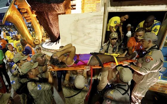 Acidente com carro alegórico da Unidos da Tijuca deixou 12 feridos (Foto: Pablo Jacob / Agência O Globo)