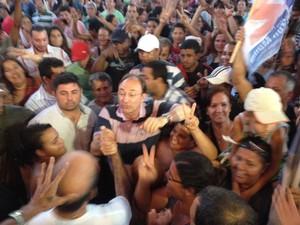 Novo prefeito de São Gonçalo comemora no meio de eleitores (Foto: Isabela Marinho/ G1)
