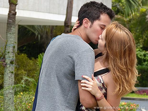 Ben e Anita conseguem se encontrar e matam a saudade com um beijão (Foto: Malhação / TV Globo)