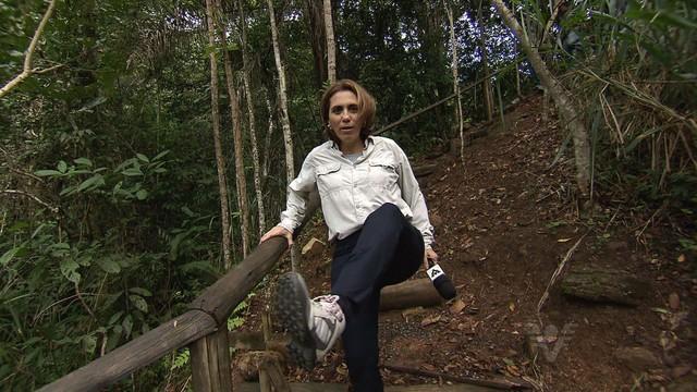 Rosana Valle mostra o calçado ideal para trilhas (Foto: Reprodução/TV Tribuna)
