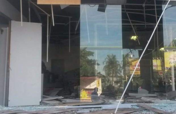 Banco ficou totalmente destruído após explosão de caixas, em Edéia, Goiás (Foto: Reprodução/TV Anhanguera)