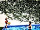 Amaury Nunes brinca com o filho de Danielle Winits na piscina