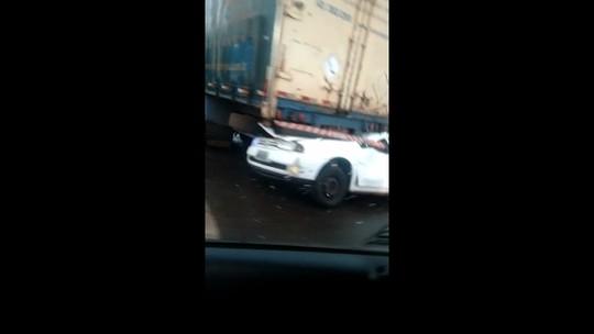 Três ficam feridos em acidente entre carro e caminhão na BR-369