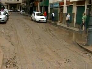 Lama na Rua Alencar Lima, no Centro de Petrópolis. (Foto: Reprodução/Inter TV)