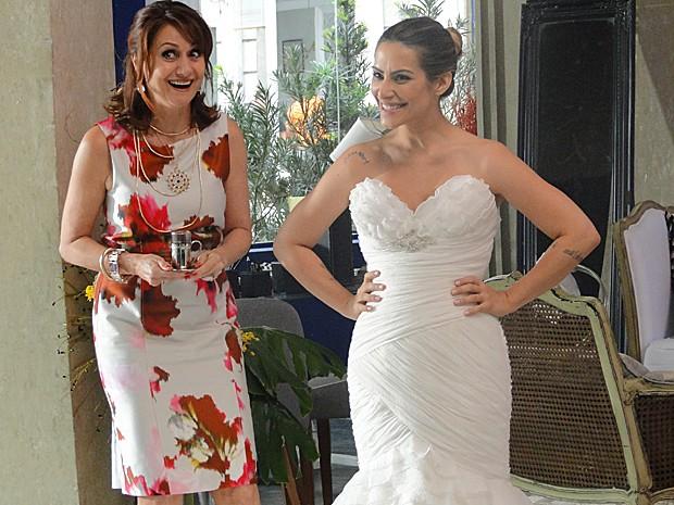 Berna ajuda Bianca na escolha do vestido (Foto: Salve Jorge / TV Globo)