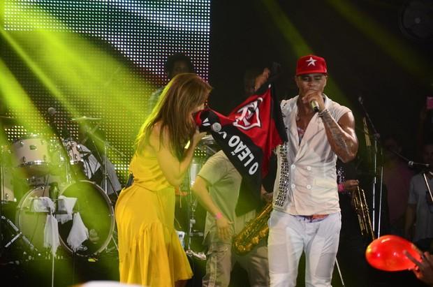 Ivete Sangalo beija a bandeira do Vitória em show do Parangolé em Salvador, na Bahia (Foto: Fred Pontes/ Divulgação)