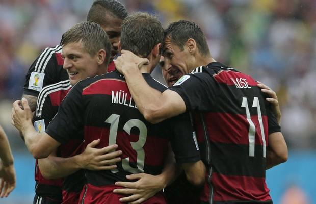 Alemães comemoram gol em partida da Alemanha contra Estados Unidos (Foto: Petr David Josek/AP)