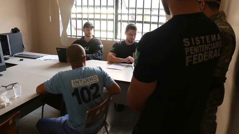 Fernandinho Beira-Mar é ouvido pela Polícia Federal de Rondônia dentro da Penitenciária Federal na manhã desta quarta-feira, 24 (Foto: Depen/Divulgação)