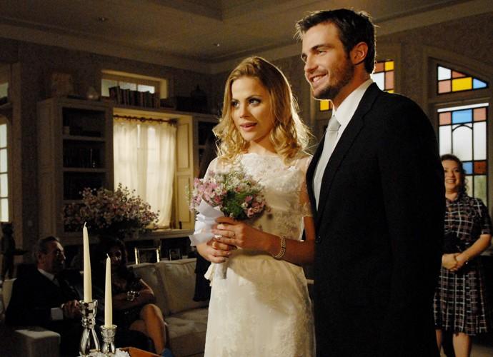 Melissa (Marisol Ribeiro) e Wilson (Max Fercondini) se casam em Morde e Assopra (Foto: Matheus Cabral / TV Globo)