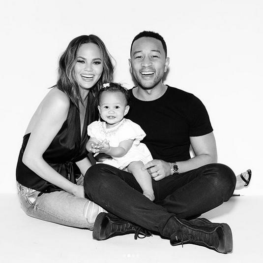 Chrissy Teigen, John Legend e a pequena Luna (Foto: Instagram/Reprodução)