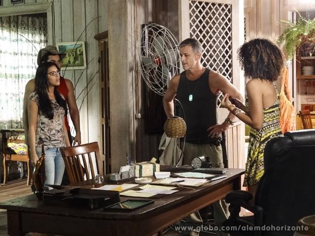 Por pouco, Celina não entrega que foi ela quem passou dos limites da mata (Foto: Além do Horizonte/TV Globo)