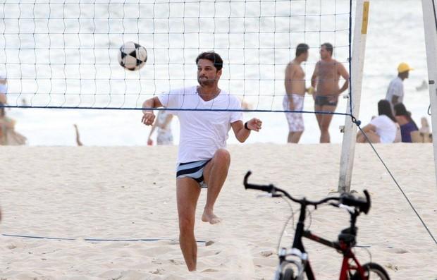 Marcelo Serrado joga futevôlei na praia do Leblon (Foto: André Freitas / AgNews)