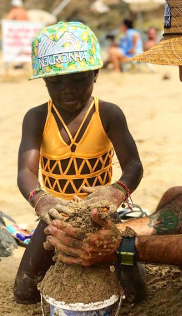 Titi: brincadeira na areia em Noronha (Foto: Reprodução Instagram)