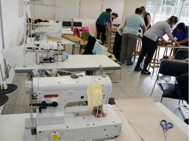 Alunas vão aprender o passo a passo de corte e costura (Foto: Zaqueu Proença)