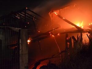 Fogo começou por volta das 22h30 (Foto: Dionata Costa/São Joaquim Online)