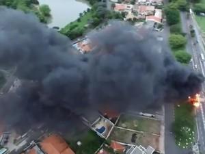 Internauta registra ônibus sendo consumido pelo fogo em Campinas (Foto:  Stefan Piest/ VC no G1)