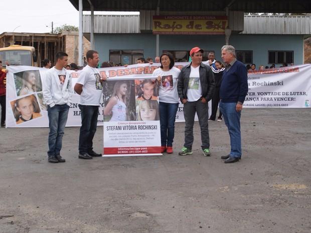 Parentes e amigos de Stefani Vitória Rochinski fizeram uma caminhada nesta quarta-feira (2) (Foto: Riomar Bruno/Arquivo pessoal)