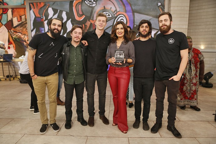 Fátima com a banda Scalene nos bastidores  (Foto: Ellen Soares/Gshow)