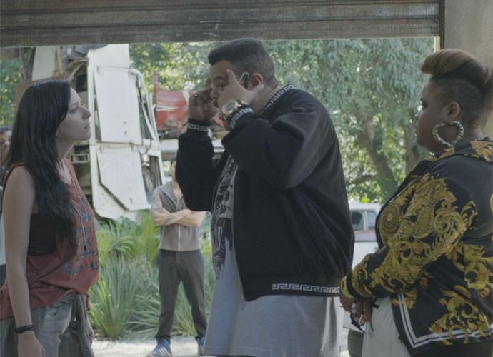 Ximena tenta impedir o bandido de chegar perto do escritório de Grego (Foto: TV Globo)