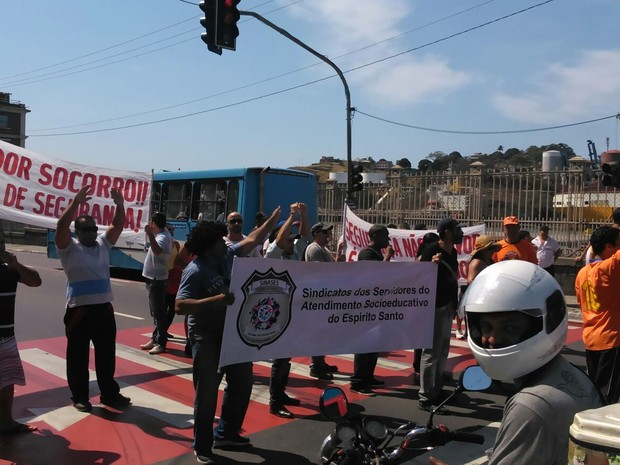 Grupo de agentes socioeducativos fecham trânsito em Vitória, espírito santo (Foto: Eliana Gorritti/ TV Gazeta)