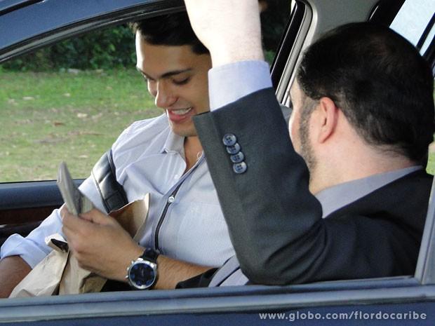 Dionísio manda dinheiro para Hélio sumir (Foto: Flor do Caribe / TV Globo)