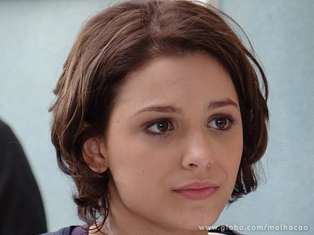 Micaela pressiona Meg a contar a verdade para a família de Ben (Foto: Malhação / TV Globo)