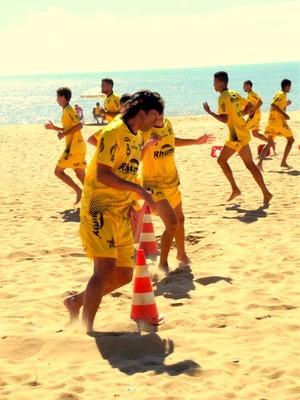 Elenco do Estrela do Norte fez treinos físicos neste sábado, em Marataízes (Foto: Divulgação)