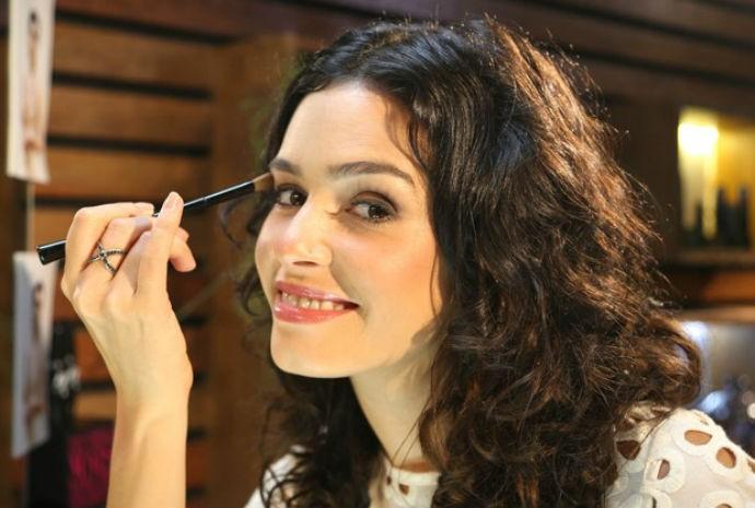 Maria Flor falou do make de Camila, sua personagem em O Rebu (Foto: Vídeo Show/TVGlobo)