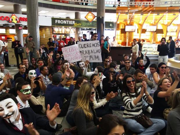 Funcionários da TAM realizam protesto contra possíveis demissões de funcionários, chamando a atenção de passageiros que transitam pelo Aeroporto de Congonhas, Zona Sul de São Paulo (SP) (Foto: Renato S. Cerqueira/Futura Press/Estadão Conteúdo)