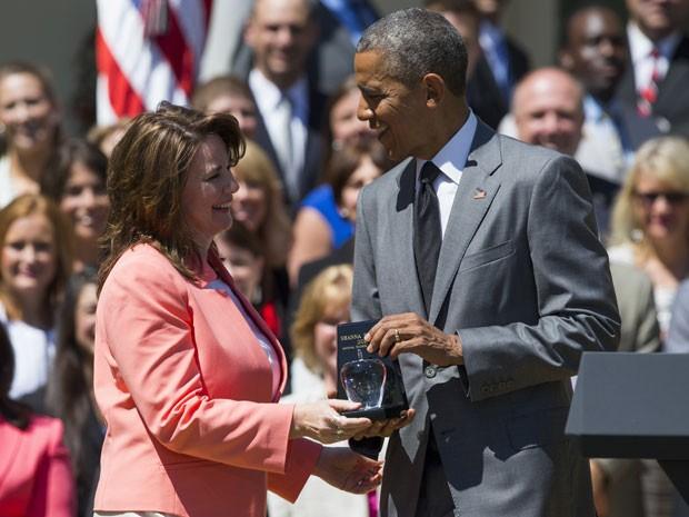 O presidente dos Estados Unidos, Barack Obama, entrega o troféu de Professora do Ano para Shanna Peeples (Foto: Evan Vucci/AP)
