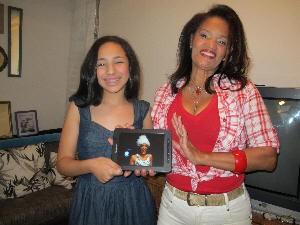 Mãe e sobrinha da bailarina exibem fotos com orgulho (Foto: Anna Gabriela Ribeiro/G1)