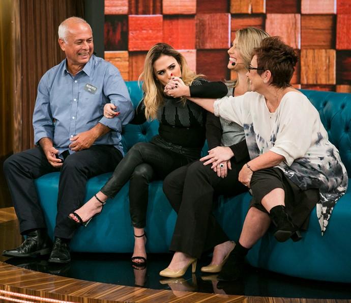 Tatá Werneck mostra carinho à família no programa (Foto: Isabella Pinheiro / Gshow)