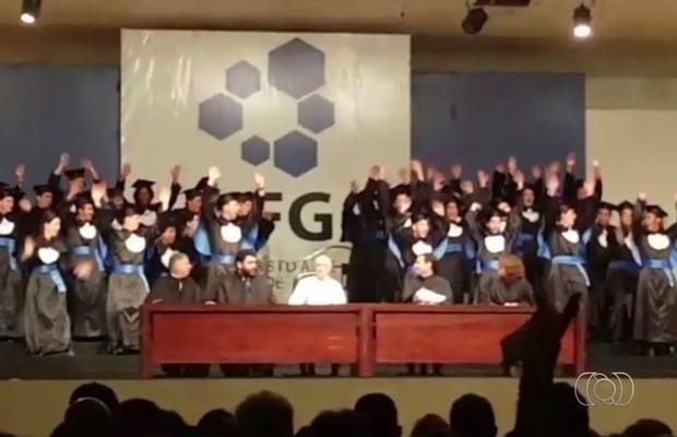 Turma de engenharia conseguiu colar grau na UFG após entrar com ação na Justiça (Foto: Reprodução/TV Anhanguera)