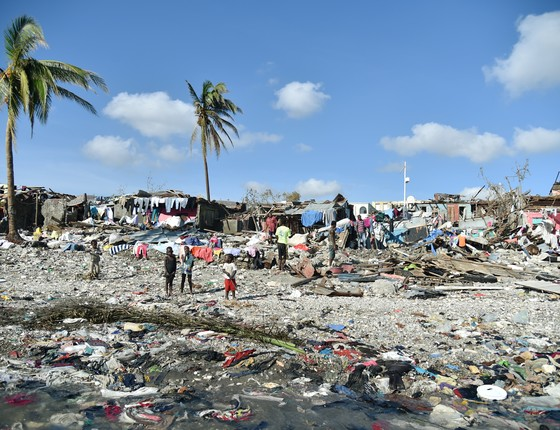 O rastro de destruição deixado pelo Furacão Matthew em Jerémié, no Haiti é observado por moradores no sábado (8) (Foto: AFP)
