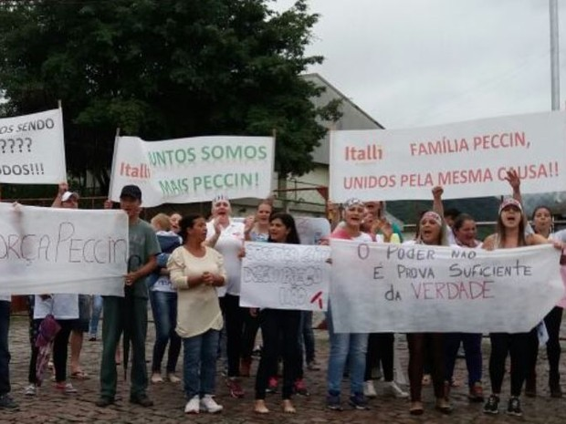 Trabalhadores de frigorífico interditado protestaram nesta manhã (Foto: Heverton Ferri/RBS TV)