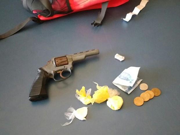 Aluno estava com arma e um pó branco escondidos (Foto: Divulgação/Polícia Militar)